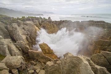 Luchtgaten in pancake rotsen in nieuw-zeeland van Marco Leeggangers