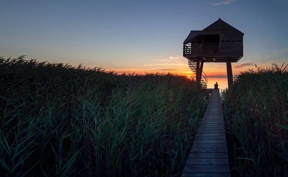 Alleen op de steiger naar de Kiekkaaste tijdens zonsondergang