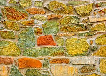 Rock Solid - Okergeel (Stenen muur in aardkleuren) van Caroline Lichthart
