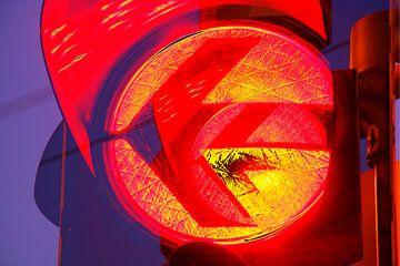 Verkeerslichten op rood bij schemering, Bremen, Duitsland, Europa I Rood Verkeerslicht bij schemeri van Torsten Krüger