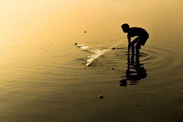 Pêcheur à Mandalay jeter les filets sur. Le lac est très peu profonde à Mandelay. Les pêcheurs mette sur Wout Kok