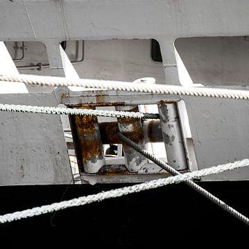 Afgemeerd in de haven.. van Scheepskijker_Havenfotografie