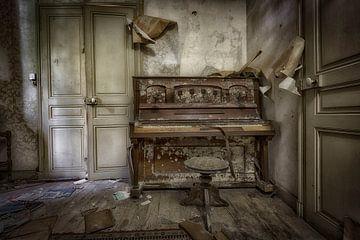 Klavier im verlassenen Chateau von Kelly van den Brande