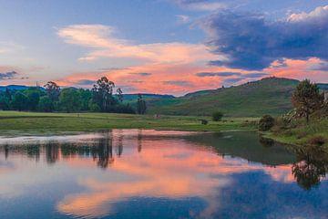 Zonsondergang in Drakensbergen, Zuid-Afrika van Lizanne van Spanje