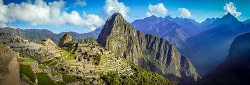 Breite Panorama auf die versteckte Stadt von Machu Picchu, Peru von Rietje Bulthuis