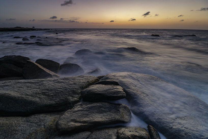 Vagues s'écrasant sur la côte rocheuse de la côte nord d'Aruba au coucher du soleil sur Arthur Puls Photography