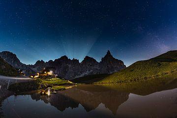 Mondschein hinter den Pale di San Martino und Baita Segantini von Ruud van der Bliek / Bluenotephoto.nl
