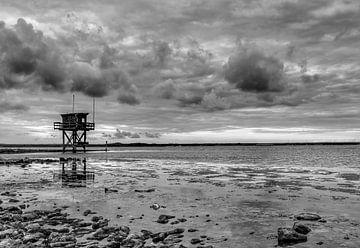 Donkere wolken boven haven Scharendijke in zwart-wit van Marjolein van Middelkoop