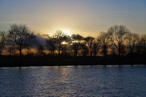 Zonsondergang bij het Amsterdam-Rijn kanaal