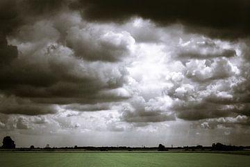 Donkere wolkenlucht boven het polderlandschap van Nieuw-Vossemeer (Brabant) (liggend) von Fotografie Jeronimo