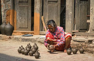 Töpfer bei der Arbeit in Bhaktapur, Nepal von Rietje Bulthuis