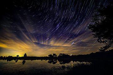 Startrail of sterrenspoor op Kalmthoutse Heide (nachtfotografie) met opkomende maan. von Sven Van Santvliet