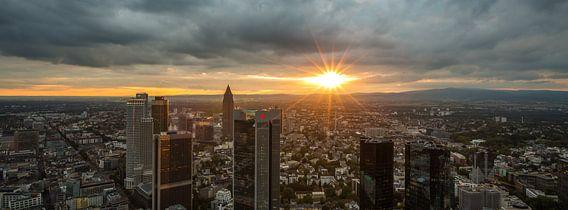 Die Skyline von Frankfurt bei Sonnenuntergang