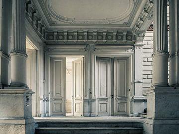 Türen und Säulen in einer Ruinenvilla in Belgien von Art By Dominic