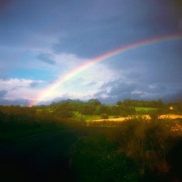 regenboog bij heuvellandschap van Marije Engelsman