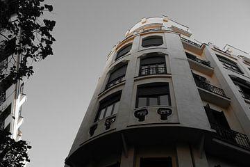 Madrid - Flatgebouw oranje kleur van Wout van den Berg