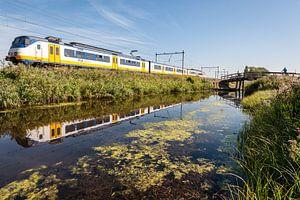 De trein in het Nederlandse landschap: Oostzaan (reflectie) van