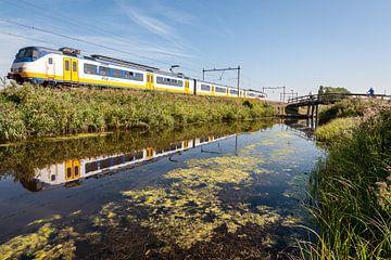 De trein in het Nederlandse landschap: Oostzaan (reflectie) van John Verbruggen