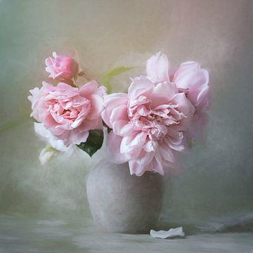 Stilleben mit rosa Pfingstrosen in einer grauen Vase von Diana van Tankeren