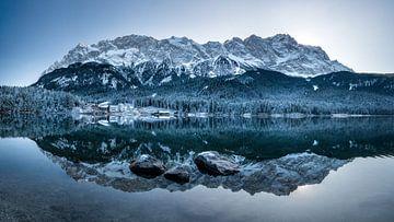 Eibsee im Winter mit Schnee und Reflektion der Zugspitze. Bayern. Deutschland
