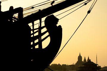 Het VOC-schip De Amsterdam in silhouet van André van Bel
