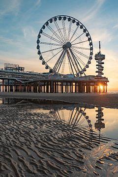 Pier Scheveningen reuzenrad bij zonsondergang vanaf het strand van