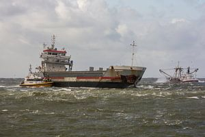 Schepen aan de horizon bij  zuidpier IJmuiden. van scheepskijkerhavenfotografie