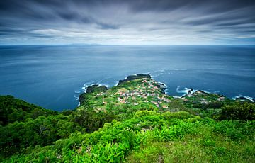 Klein dorp aan de oceaan, Faja de Ouvidor, Sao Jorge, Azoren van Sebastian Rollé - travel, nature & landscape photography