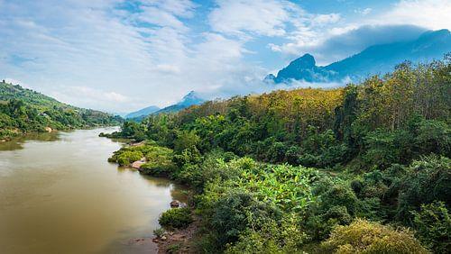 Panorama van een rivier in Noord Laos