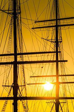 Silhouette de bateau mâts gréement voilier avec soleil en contre-jour sur Dieter Walther