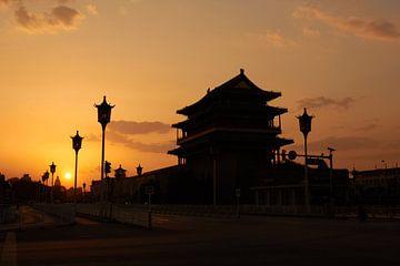 Zonsondergang met het Tiananmenplein van Jolene van den Berg