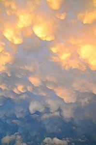 Mammatuswolken na een onweersbui op een mooie zomerdag
