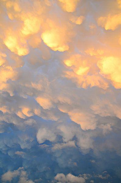 Mammatuswolken na een onweersbui op een mooie zomerdag van Jessica Berendsen
