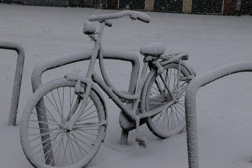 fiets in de sneeuw van Frans Versteden