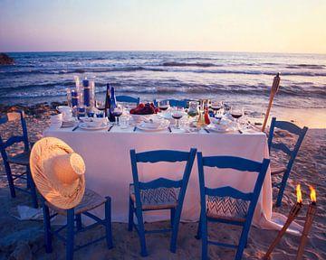 Laid table on the beach at twilight sur BeeldigBeeld Food & Lifestyle