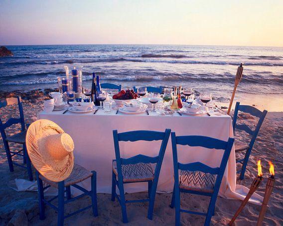 Feestelijk gedekte tafel op het strand van Beeldig Beeld