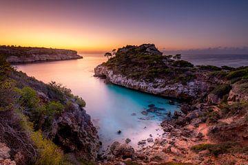 Bucht auf Mallorca kurz vor Sonnenaufgang. von Voss Fine Art Photography