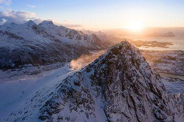 Au sommet de la montagne au lever du soleil sur