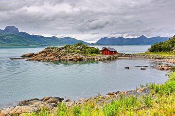 Nordische Sommeridylle - Hütte am Fjord von Gisela Scheffbuch
