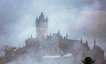 Burcht in de mist aan rivier de Mosel van Moo pix