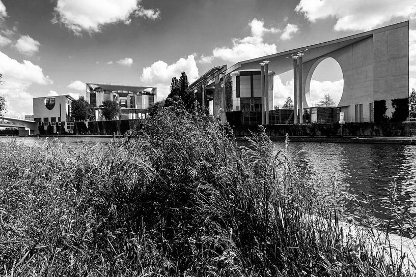 Chancellerie fédérale de Berlin avec des touffes d'herbe sur la rivière Spree sur Frank Herrmann