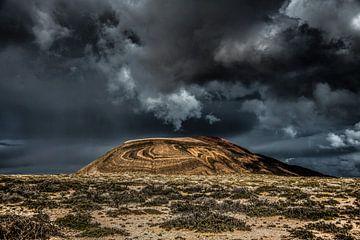 Tropische regenbui boven het eiland La Graciosa, Canarische Eilanden, Spanje. van Harrie Muis