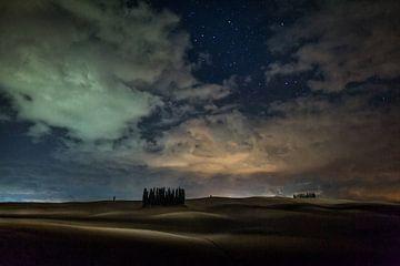 Prachtige sterren tussen het wolkendek in Toscane von Roy Poots