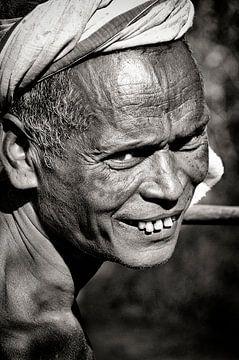 Alter Mann aus Odisha, Indien. von Ton Bijvank