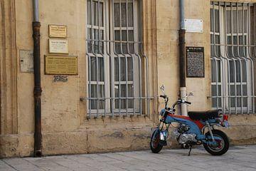 Ein Roller in Montelimar von Nel Wierenga