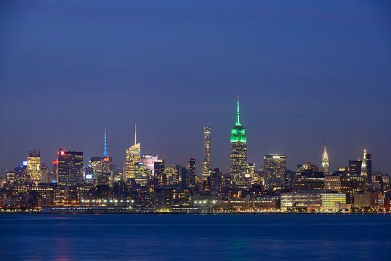 Midtown Manhattan Skyline in New York met het Empire State Building in de avond  van Merijn van der Vliet