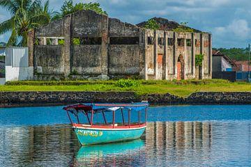 Vissersboot en de ruïnes van een oude Kokosnotenoliefabriek in de stad van Taperoa Bahia Brazilië van Castro Sanderson