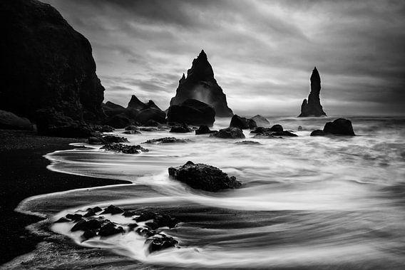 Dramatisch landschap Vik in zwart wit