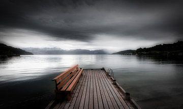 Een mystiek landschap aan een Noorse fjord op een donkere dag van Bas Meelker