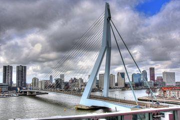 Erasmusbrug Rotterdam met dreigende wolkenlucht van Marcel van Kan